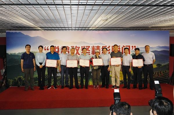 活动中,主办方及有关单位领导向入选作者代表颁发了入展证书。居淼 摄.jpg