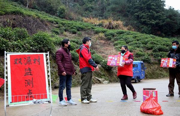 5、双源村77岁村民凌经美(右二),送食品到监测点。.jpg